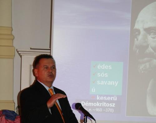 A szerző előadása a Három Város Fesztiválon (Kiskőrös, 2008)