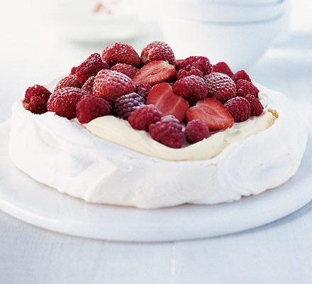 Pavlova torta, málnával gazdagon díszítve