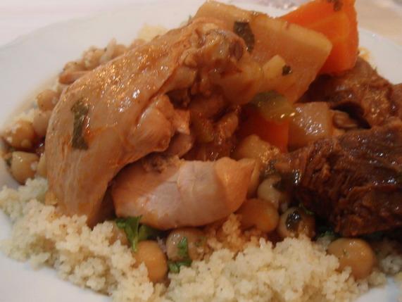 Íme egy tál a kuszkuszból: csirkével, csicseriborsóval, zöldségekkel, korianderrel.