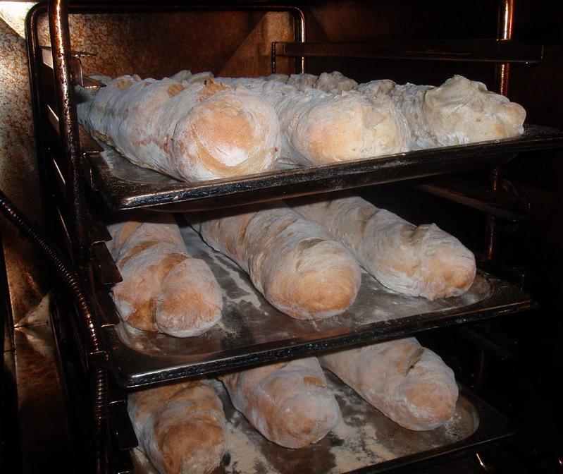 A Maligán étterem konyhájában sülő kenyerek