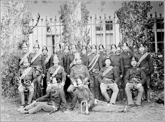 A tűzoltó-egyesületi tagok 1877-ben, a kastély előtt; Forrás: sulinet