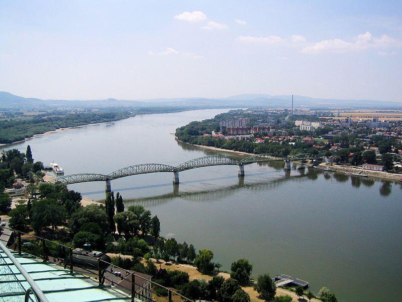 Esztergom és Párkány (Sturovo) a Mária Valéria híddal; Forrás: wikimedia