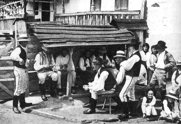 Vasárnap délutáni beszélgetés a szakállszárító alatt (Nagykend, v. Kisküküllő m., 1940-es évek), Forrás:  mek.oszk.hu