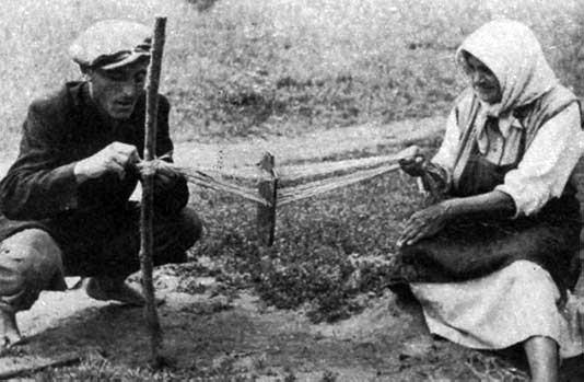 Madzagszövés szővőtáblával (Erdőbénye, Borsod-Abaúj-Zemplén m., 1952), Forrás: mek.oszk
