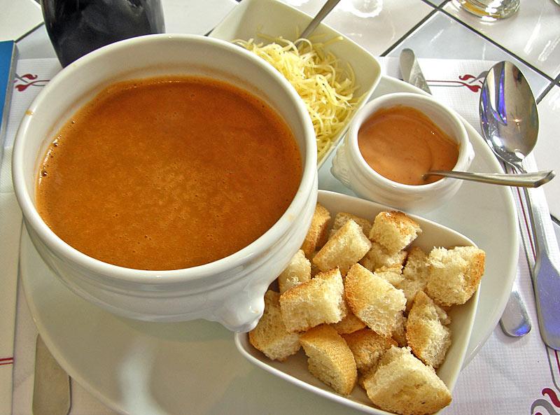 hagyományos francia halleves croutonnal, majonézzel, reszelt sajttal (Le Petit Gourmand, Puy), Forrás: paradoxplace.com