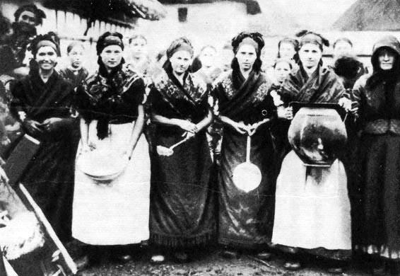 Lakodalmi főzőasszonyok (Mezőkövesd, Borsod-Abaúj-Zemplén m.) Forrás: tankonyvtar.hu