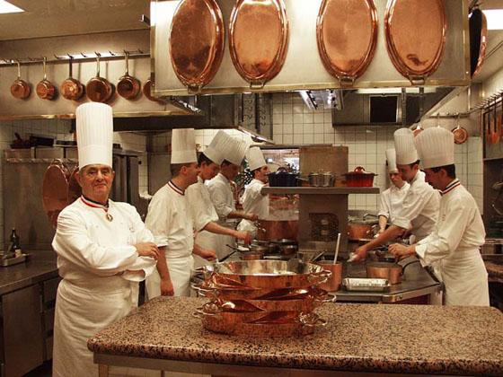 Paul Bocuse a konyhában (balra); Forrás: phonebookoftheworld.com