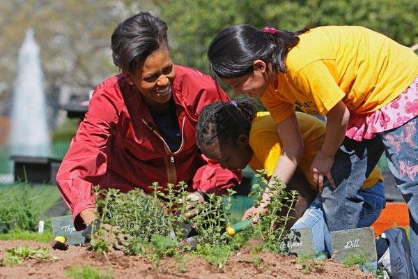 Michelle Obama a rfehér Ház konyhakertjében; Forrás: shelleytherepublican.com
