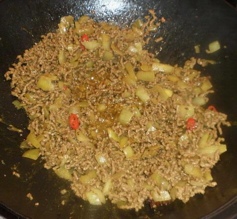 Darálthúsos risotto készítése wokban, www.foodandwine.hu