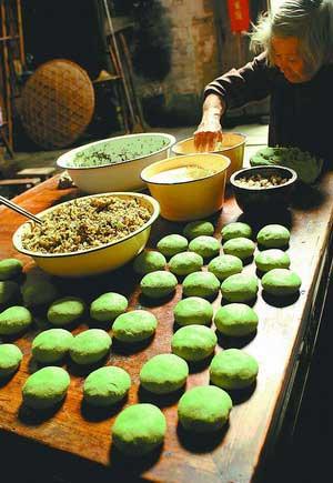 Édes zöld rizsgolyók, Qingming Festival, Kína; Forrás: ebeijing.gov.cn