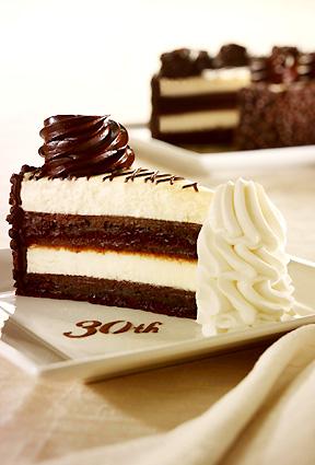 A CCG 30. évfordulójára készített csokoládés cheesecake; Forrás: ceesecakefactory.com