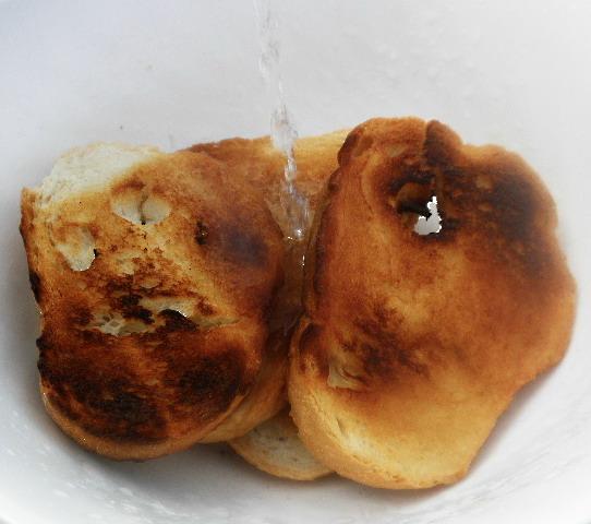 A pirított kenyérre forró vizet öntük