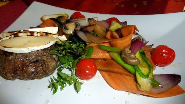 Vízibivaly bélszin, camembert sajttal sütve, rozmaringos füstös grill zöldségekkel