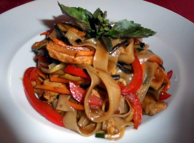 Thai sült tészta, ropogós zöldségekkel, pirított csirkecsíkokkal, gyömbérecettel