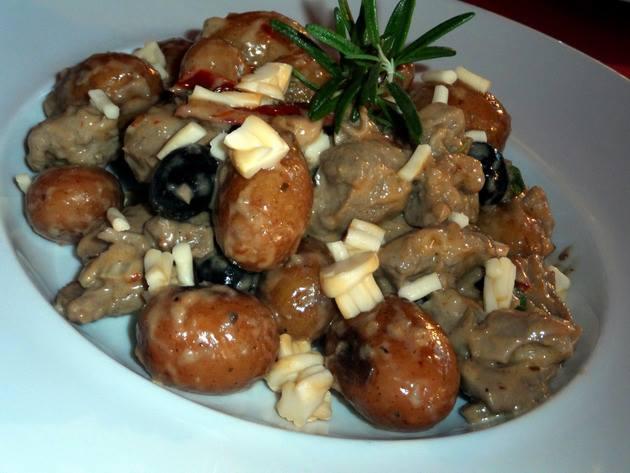 Szicíliai bárányragu cachiocavallo és pecorino sajttal, rozmaringos parázsburgonyával