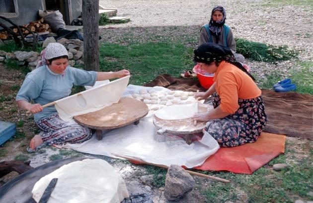 Yufkát készítő asszonyok