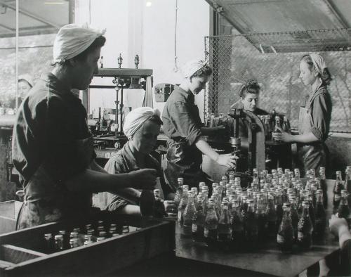 Koronazáras Bambit töltő munkásnők (1954) (Forrás: retronom)