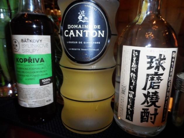 Balra, csalán-szirup egy cseh kisvárosból, középen gyömbér likőr, jobb szélen japán vodka. A prágai Buddha Bar bár-menedzsere,  Pavol Kulich, ezekből is készített egy koktélt.