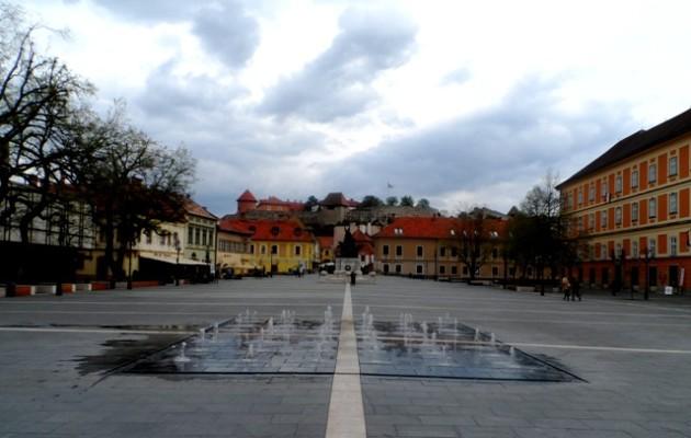 Eger, Dobó tér (2015). A Gourmet séta találkozója a középen futó fehér csík túlsó végénél, a hídon volt.