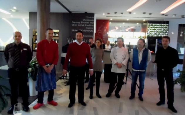 A Gourmet séta végén az Imola Hotelban sorakozott fel az öt egri étterem képvislője és a Lőrincz házaspár