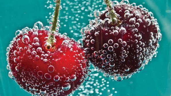 Szódavízbe mártott cseresznye
