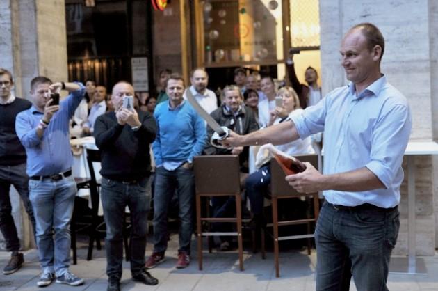 Szabrázs: David Bourdaire pezsgőmester egy szablyával üti le a pezsgőspalack nyakát (Double Bubble Pezsgőbár, Budapest)