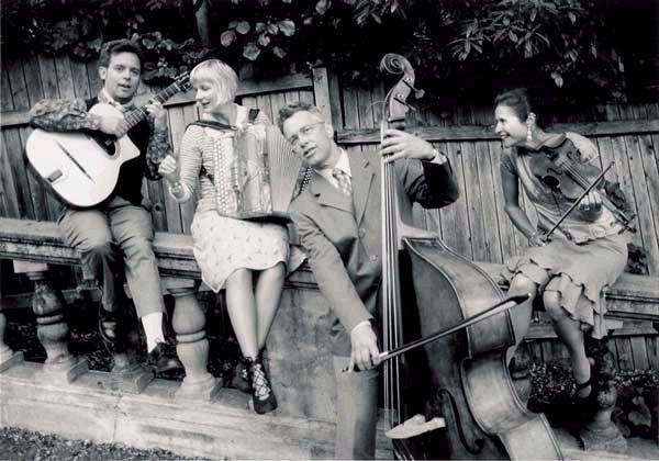 The Baguette Quartette: egy amerikai (San Francisco Bay Area) quartett,amely 1920- és 1940 között játszott Párizs utcáin, kávéházaiban.