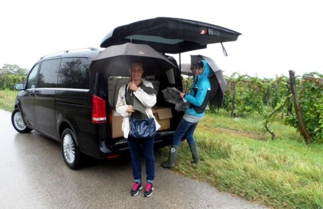 Érkezés szakadó esőben a nadapi szőlőbe - Kemény Nóra (Sofitel) és Závecz Tímea (Sofitel)