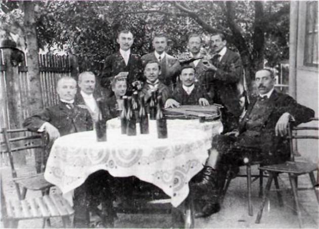 Ünneplő asztaltársaság egy óbudai kocsmában (Szautner kocsma) (Forrás: sulinet.hu)