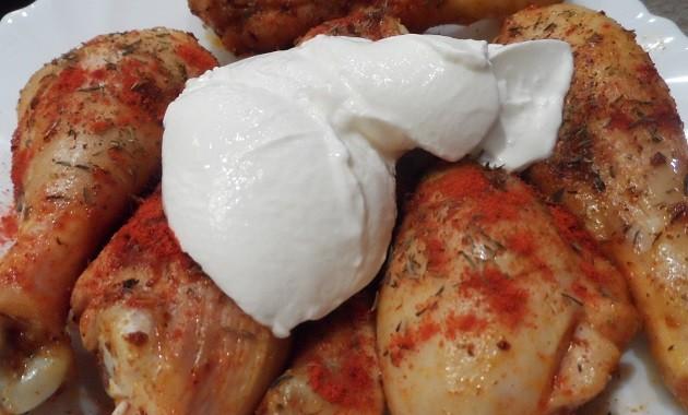A pirított, újrafűszerezett csirkecombokhoz friss, 20%-os zsírtartalmú tejfölt is adtam