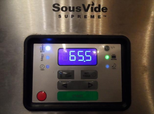 A csirkecombokat levegőtől elzárt, lezárt vákuumzacskóban 24 órán át tartottam a sous-vide (szuvid) készülék 65,5°C hőmérsékletű vízfürdőjében.