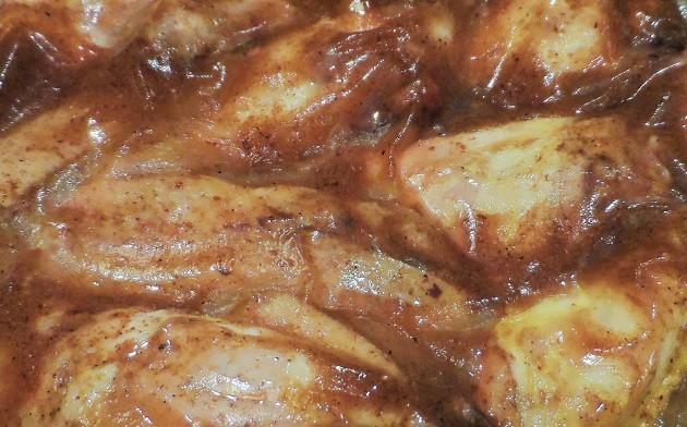 Az elkészült, a zacskóval lehűtött és hűtüszekrényben tárolt tökéletes csirkeszárnyakat izletes zselé veszi körül