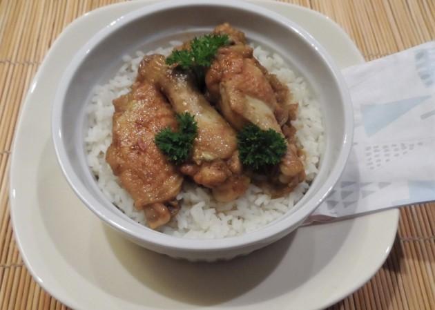 Tökéletes sous-vide (szuvid csirkeszárnyak Hot Madras curry-vel és hagymával fűszerezve, hosszúszemű rizzsel tálalva.