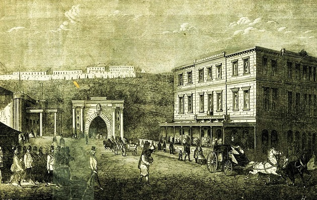 A Lánchíd-tér a híd felől. Szemben az alagút, baloldalt a rövid életű Budai Népszínház (1865)