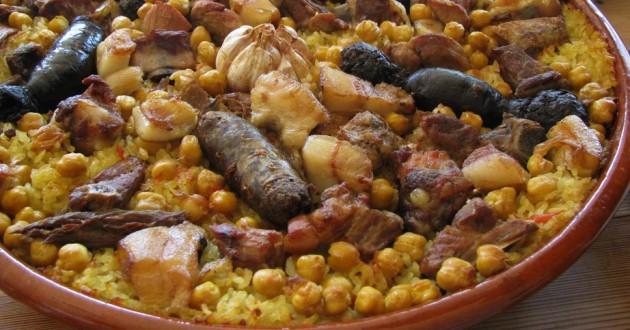 Spanyol rizses, csicseriborsós, szalonnás étel véres hurkával (morcilla)