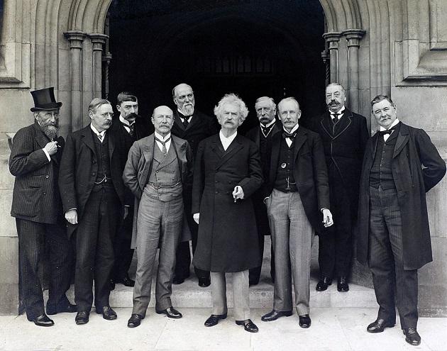 Mark Twain (középen) 1907 júliusában a londoni Parlament előtt