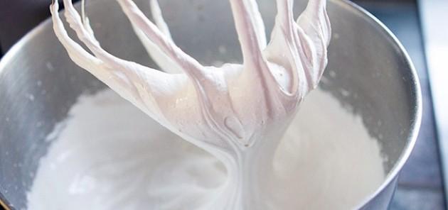 Felvert tojásfehérje (Forrás: tablespoon.com)