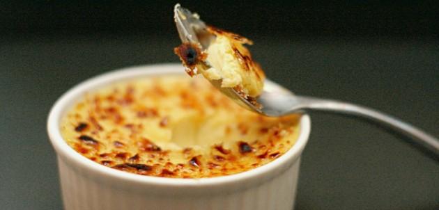 crème brûlée (Forrás: crumblycookie.net)