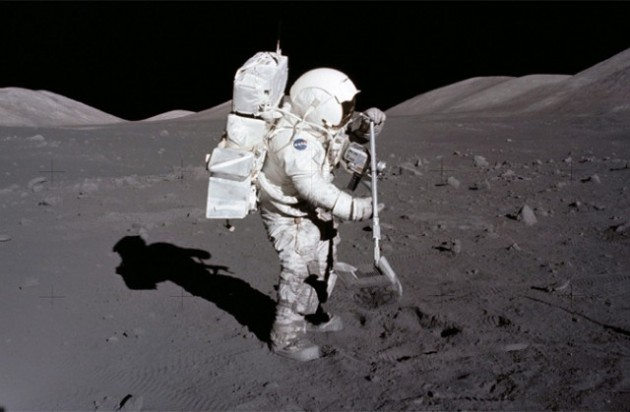 apollo-17-jack-schmitt-raking-moon-soil-640x419