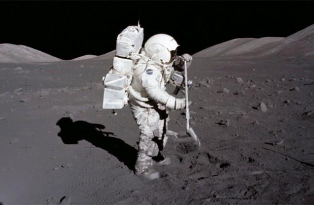 apollo-17-jack-schmitt-raking-moon-soil-640x419