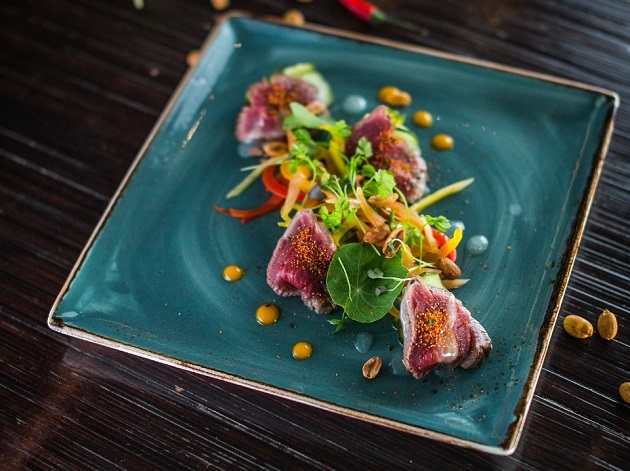 Marinált marhahúsos saláta yuzuval és savanyú uborkával Marinated Beef Salad with Yuzu and Cucumber Pickles