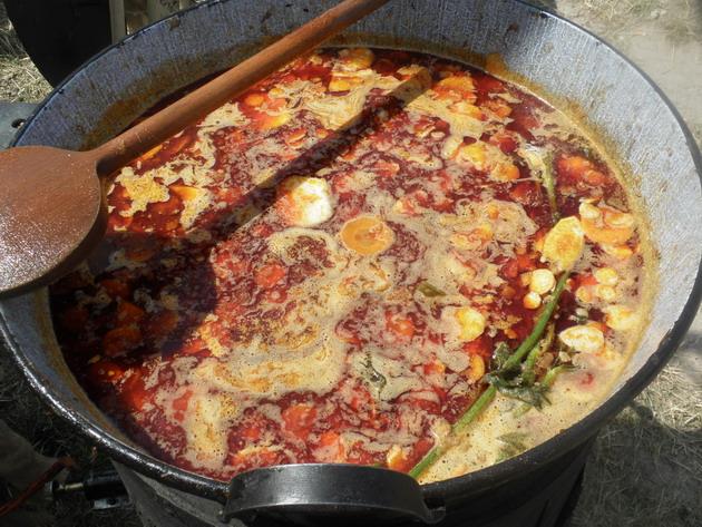 A Magyar Konyha színeiben főzött gulyáslevesem a VOLT Fesztiválon, Sopronban: 11 kg húshoz, némi csonthoz 2 kg hagyma (18%) került, s persze a többi hozzávaló
