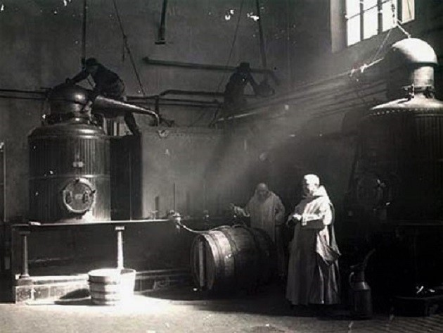 Karthauzi szerzetesek Chartreuse likőrt készítenek (1930)