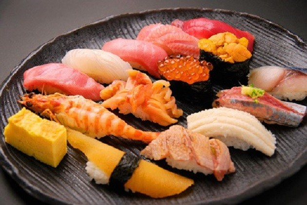 Tsukiji sushi (Forrás: foodsaketokyo.com)
