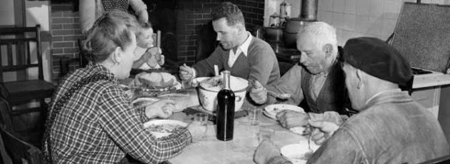 Francia család vacsorája, borral