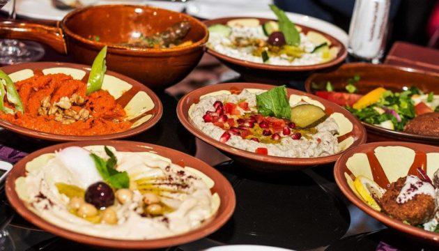 Baalbek Restaurant - mezze válogatás baráti társaságnak tálalva