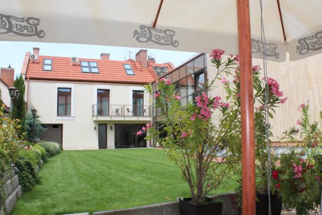 A szekszárdi Merops Hotel Mészáros ápolt belső udvara az étterem terasza felől fotózva