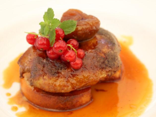 Sült libamáj karamellizált almával pirított kalácson, fügével