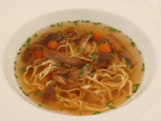 Fácán erőleves zöldségekkel házi tésztával (Merops Étterem, Szekszárd)