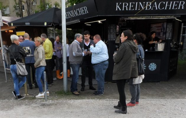 A kép középpontjában: Molnár B. Tamás, Molnár Attila és Csapody Balázs., a 44. cikkének megjelenése után, a Gourmet Fesztiválon, a Millenárison.